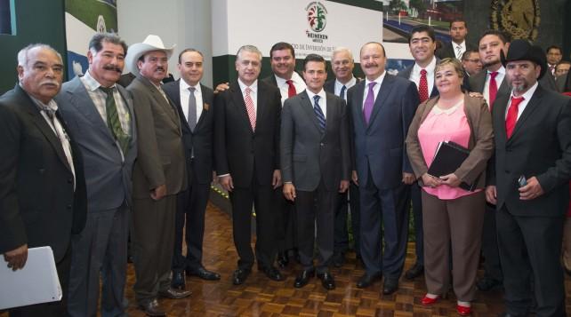 EPN acompañado de directivos y empleados de la empresa Heineken.