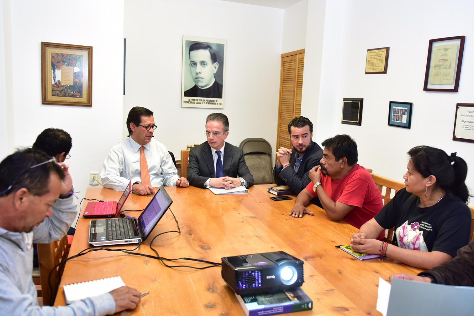 Los subsecretarios de Derechos Humanos, Roberto Campa Cifrián, y para Asuntos Multilaterales y Derechos Humanos de la SRE, embajador Miguel Ruíz Cabañas, se reunieron con madres y padres estudiantes desapreciados de la Normal Rural Raúl Isidro Burgos.