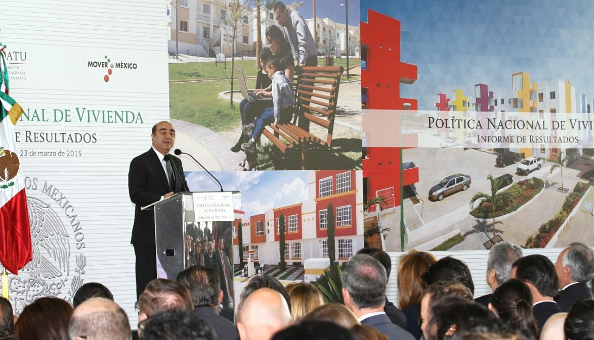 El secretario Jesús Murillo Karam presentando el informe de resultados de la política nacional de vivienda