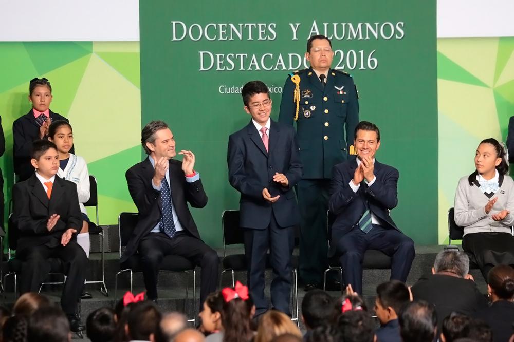 Participa con el presidente de la República en el acto de reconocimiento a docentes y alumnos destacados