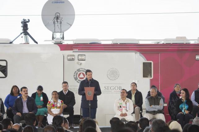 EPN durante la entrega de apoyos, por la temporada de frío, en la capital de Hidalgo.