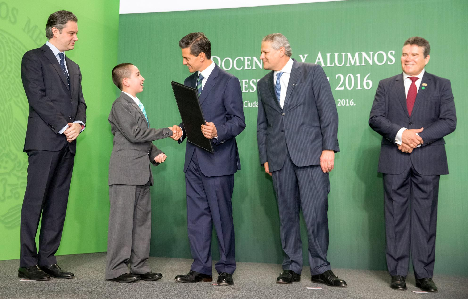Addressing the one thousand most outstanding sixth grade students from across the country, President Enrique Peña Nieto said today that they reflect the education and training they have received from the teachers in our country.