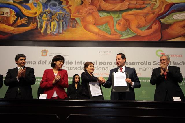 La titular de la Sedesol y el gobernador Eruviel Ávila firman el Acuerdo Integral para el Desarrollo Social Incluyente en el Estado de México.