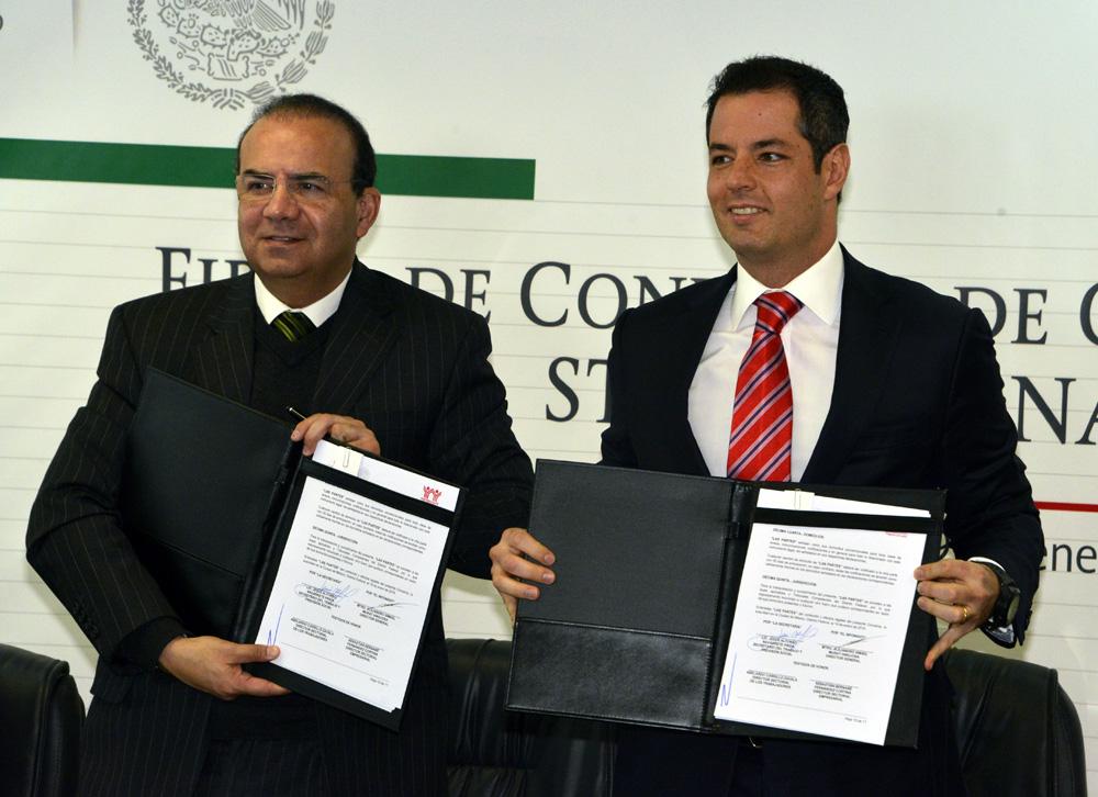 El Secretario del Trabajo y Previsión Social, Alfonso Navarrete Prida, junto con el Director General del Instituto del Fondo Nacional de la Vivienda para los Trabajadores, Alejandro Murat Hinojosa.