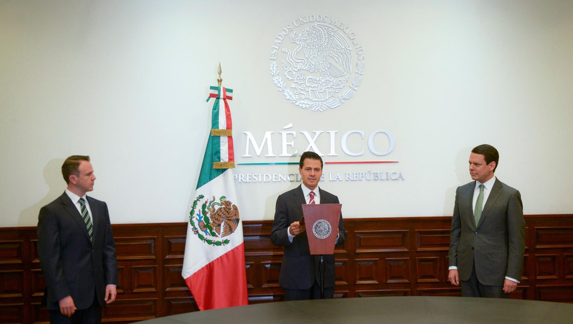 The president swears in Dr. Jaime Francisco Hernández Martínez as Director General of the Federal Electricity Commission.