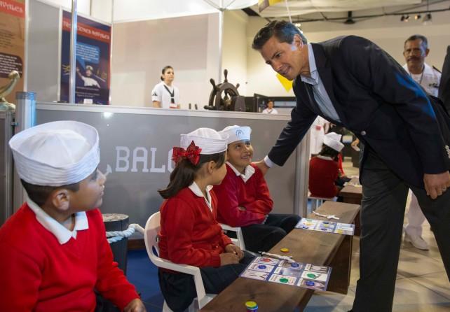 EPN saluda a niños en el Día de la Marina 2015.