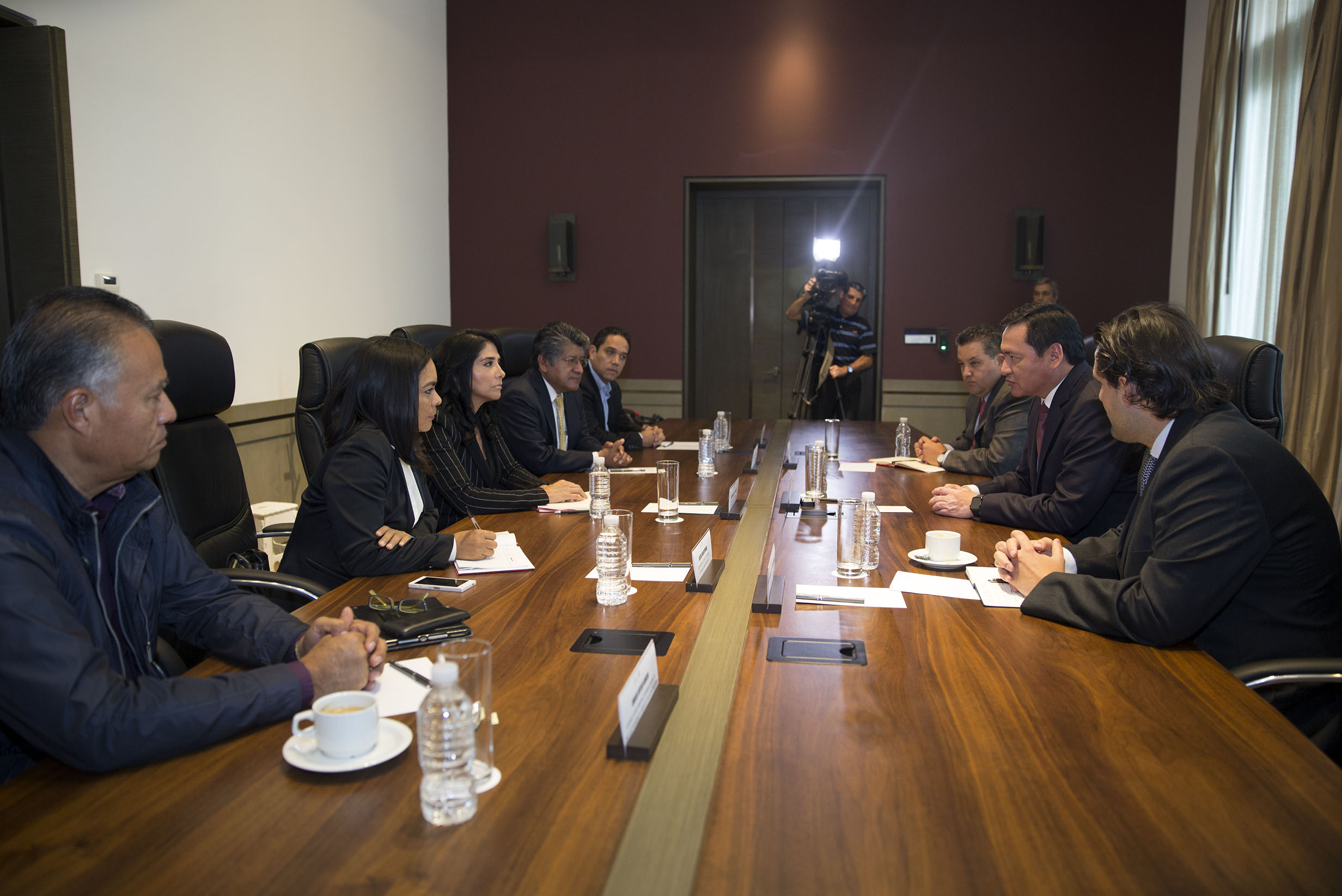 El Secretario de Gobernación, Miguel Ángel Osorio Chong, se reunió con la dirigencia nacional del Partido de la Revolución Democrática, que preside Alejandra Barrales Magdaleno.