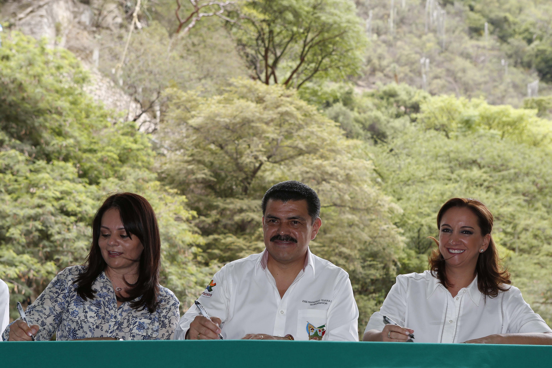Firman Convenio Específico de Ejecución, la titular de la SECTUR, Claudia Ruiz Massieu; la directora general de la CDI, Nuvia Mayorga Delgado, y como testigo de honor, el gobernador Francisco Olvera.