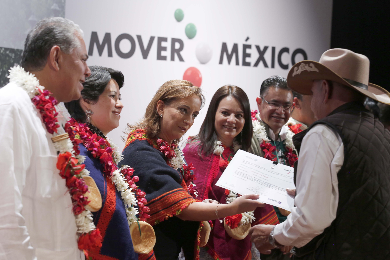 La Secretaria de Turismo, Claudia Ruiz Massieu, y la Directora General de la Comisión Nacional para el Desarrollo de los Pueblos Indígenas, muestran Convenio firmado para Proyectos Turísticos en Comunidades Indígenas a mexiquense.