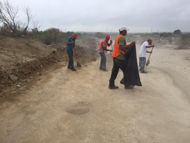 Son contratadas para ayudar en la limpieza y remoción de escombros tras el paso del tornado del 25 de mayo.