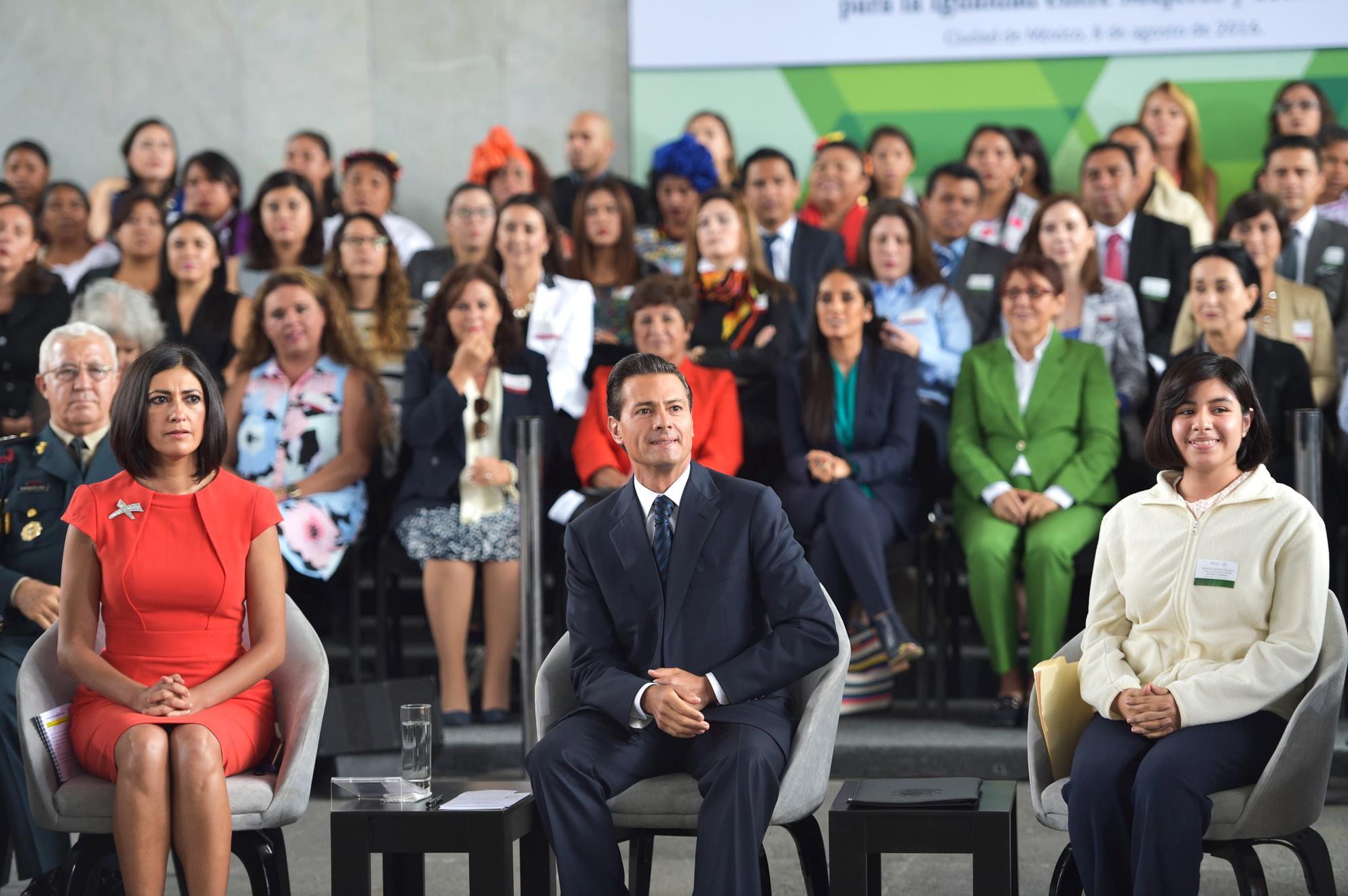 """""""Aún nos falta mucho más por alcanzar, pero si logramos poner por delante el compromiso y la voluntad política para impulsar los cambios y las transformaciones, sí es posible lograr un México de mayor igualdad entre hombre y mujeres"""": EPN"""