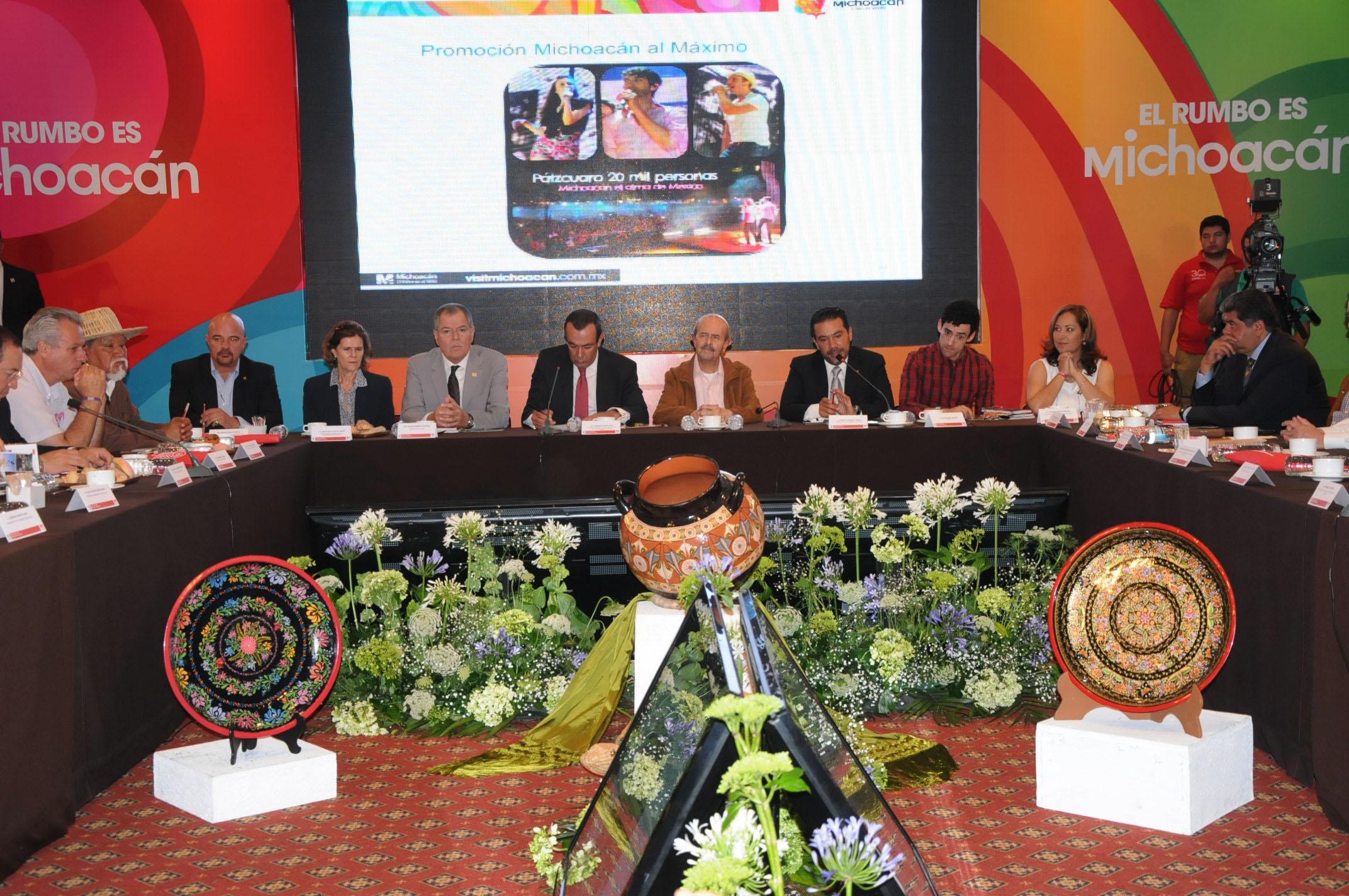 El subsecretario de Calidad y Regulación de la SECTUR en la presentación de la Guía Turística y la campaña 'El Rumbo es Michoacán'.