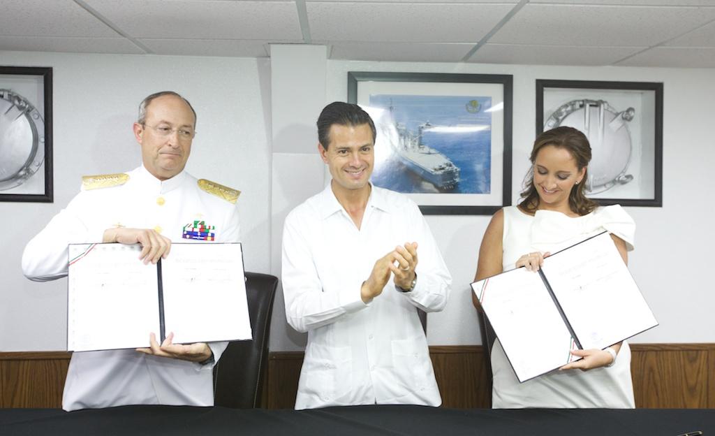 La titular de la Secretaría de Turismo, Claudia Ruiz Massieu, muestra el Convenio de Colaboración firmado con SEMAR para capacitar, evaluar y reconocer a los salvavidas de las playas mexicanas.