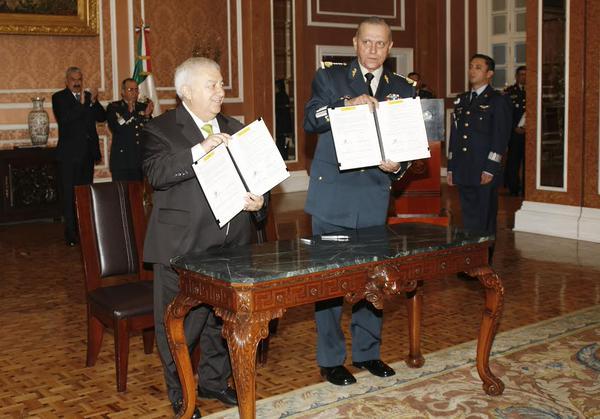"""Se llevó a cabo la firma de las bases de coordinación para el otorgamiento de becas a personal militar en el marco del """"Programa de Capacitación SEP-SEDENA 2015""""."""