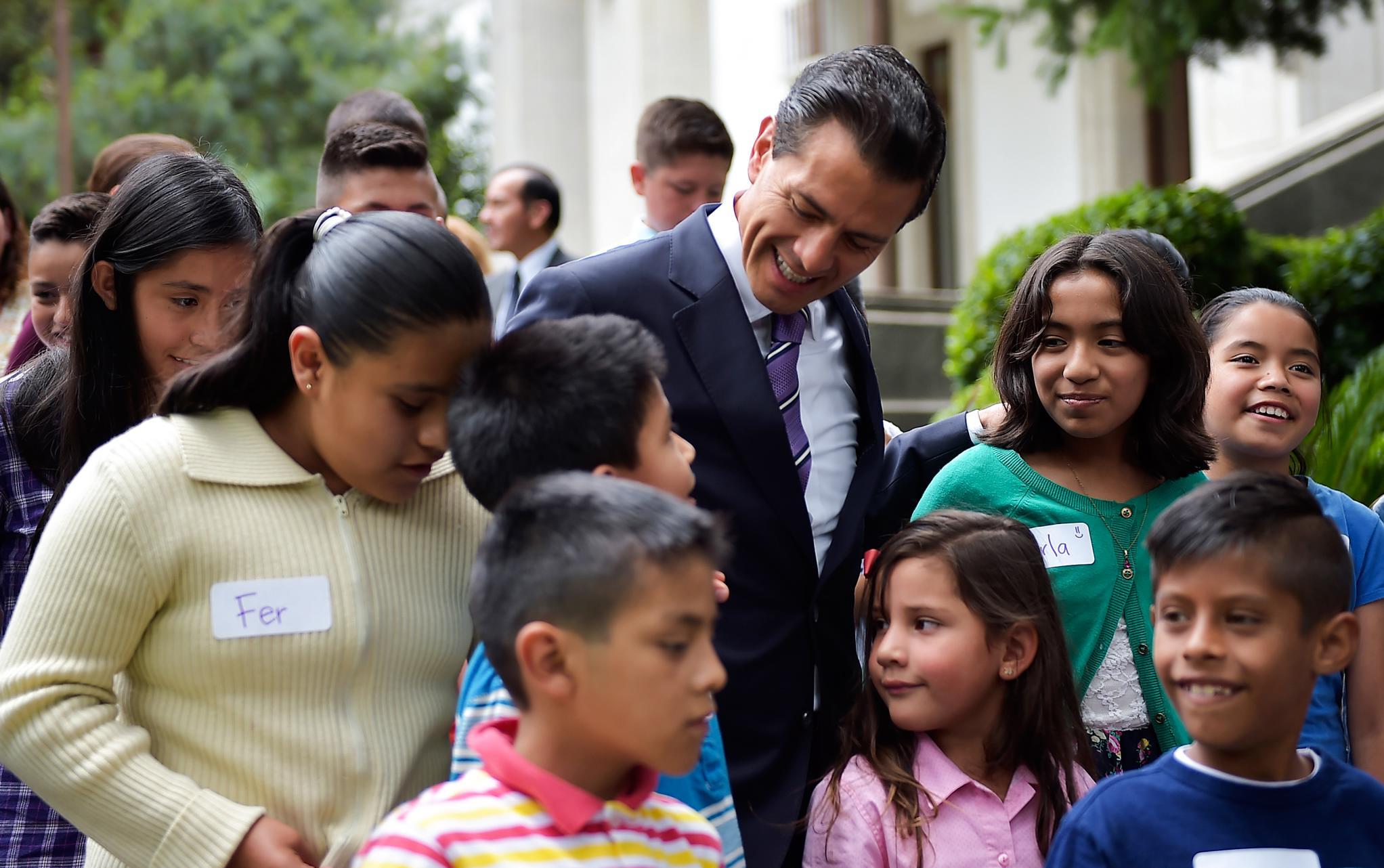 """""""Uno de cada tres mexicanos es niña, niño o adolescente; 40 millones de niñas, niños y adolescentes son quienes integran esta parte de nuestra población"""": EPN"""