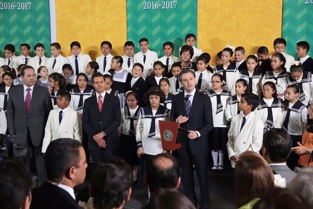 Asiste con el presidente de la República a la inauguración del Ciclo Escolar 2016-2017