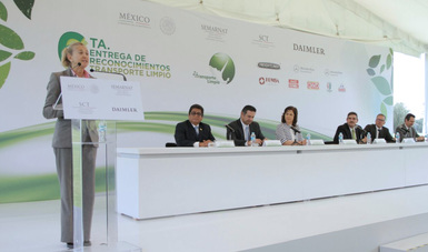 Ana Patricia Martínez Bolívar, Directora General de Gestión de la Calidad del Aire y Registro de Emisiones y Transferencia de Contaminantes (RETC) de la Semarnat en la entrega de reconocimientos de Transporte Limpio