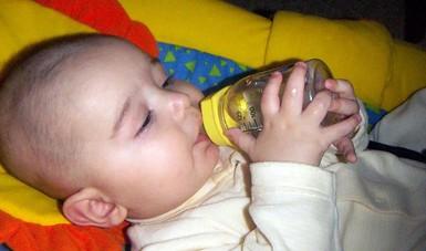 Bebé tomando té.