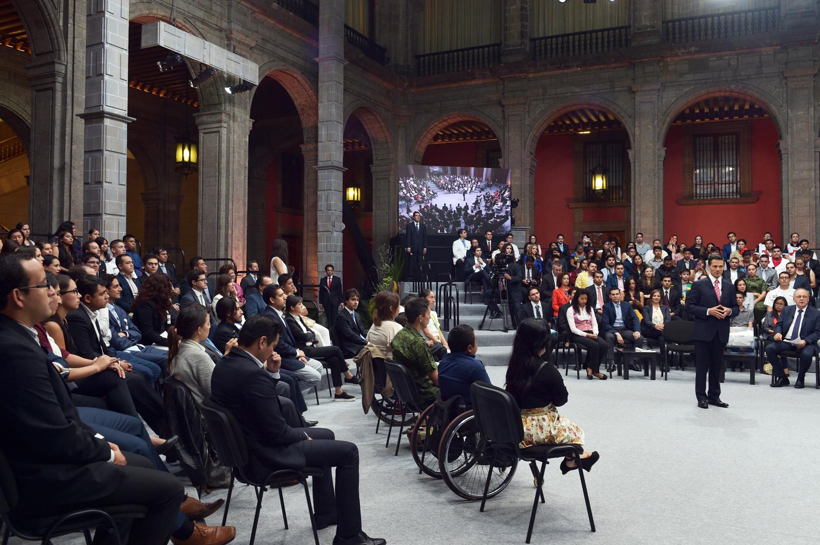 The president answered questions and criticisms from young people from all over the country in an unprecedented democratic exercise by the Mexican president's office.