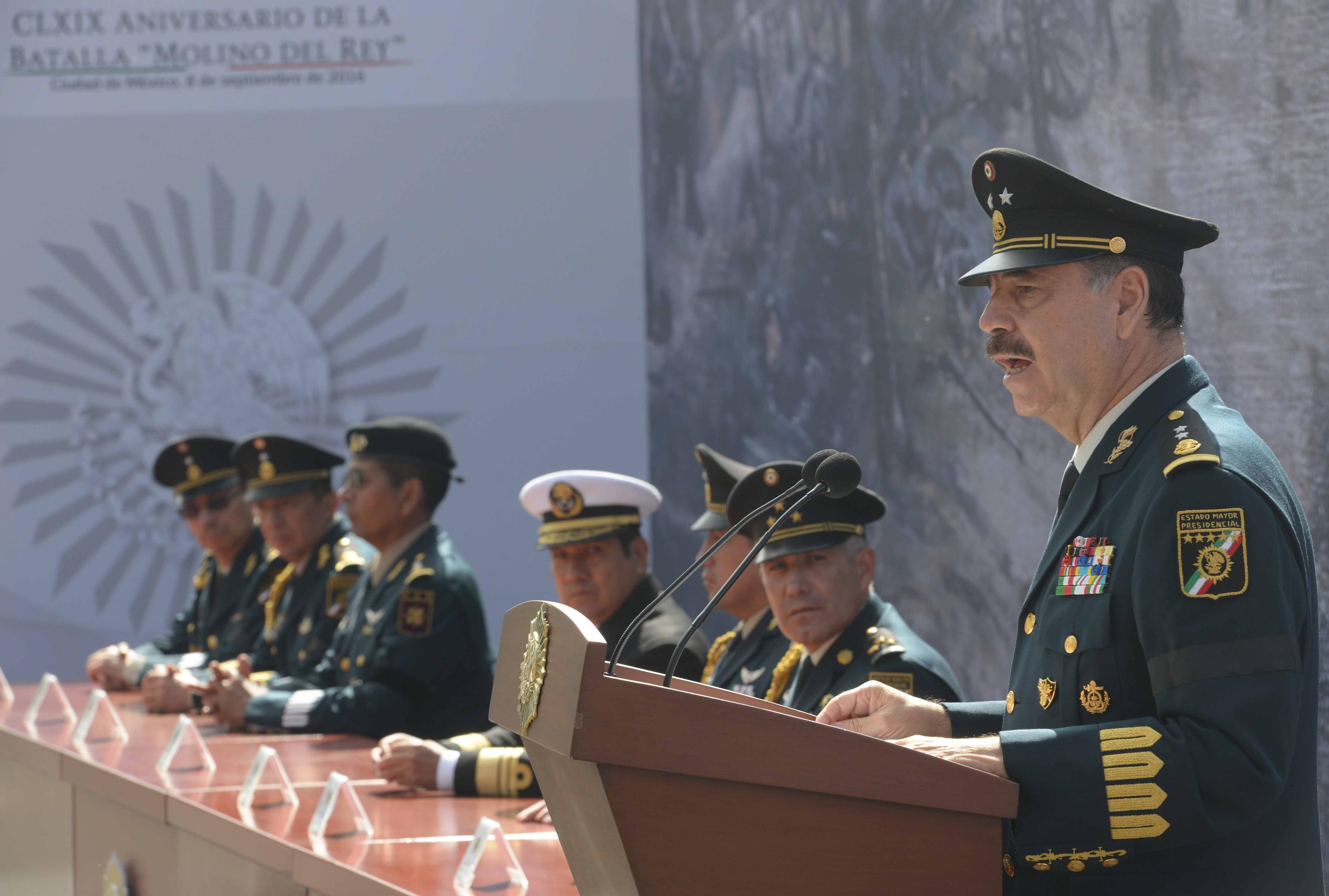 General Roberto Miranda Moreno presented awards during the ceremony of the 169th anniversary of the Battle of Molino del Rey.