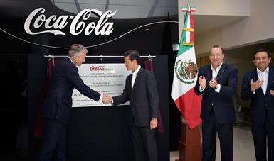 El Primer Mandatario devela la placa en el Centro de Innovación y Desarrollo de la empresa Coca Cola.