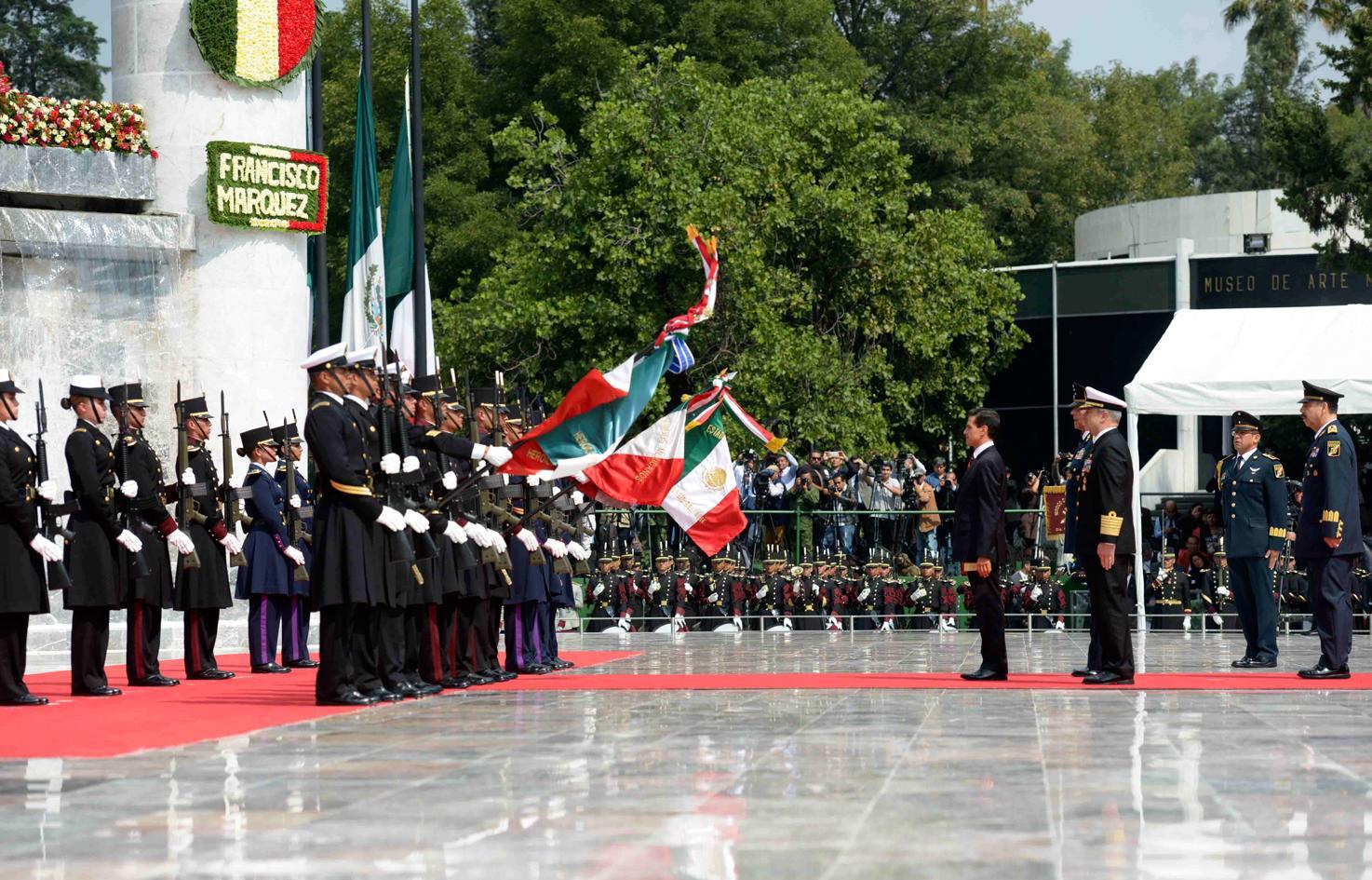 El Primer Mandatario depositó una ofrenda floral y montó una Guardia de Honor en el Altar a la Patria, acompañado por representantes de los Poderes Legislativo y Judicial de la Unión, e integrantes de su Gabinete.