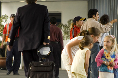 Turistas extranjeros en aeropuerto mexicano.