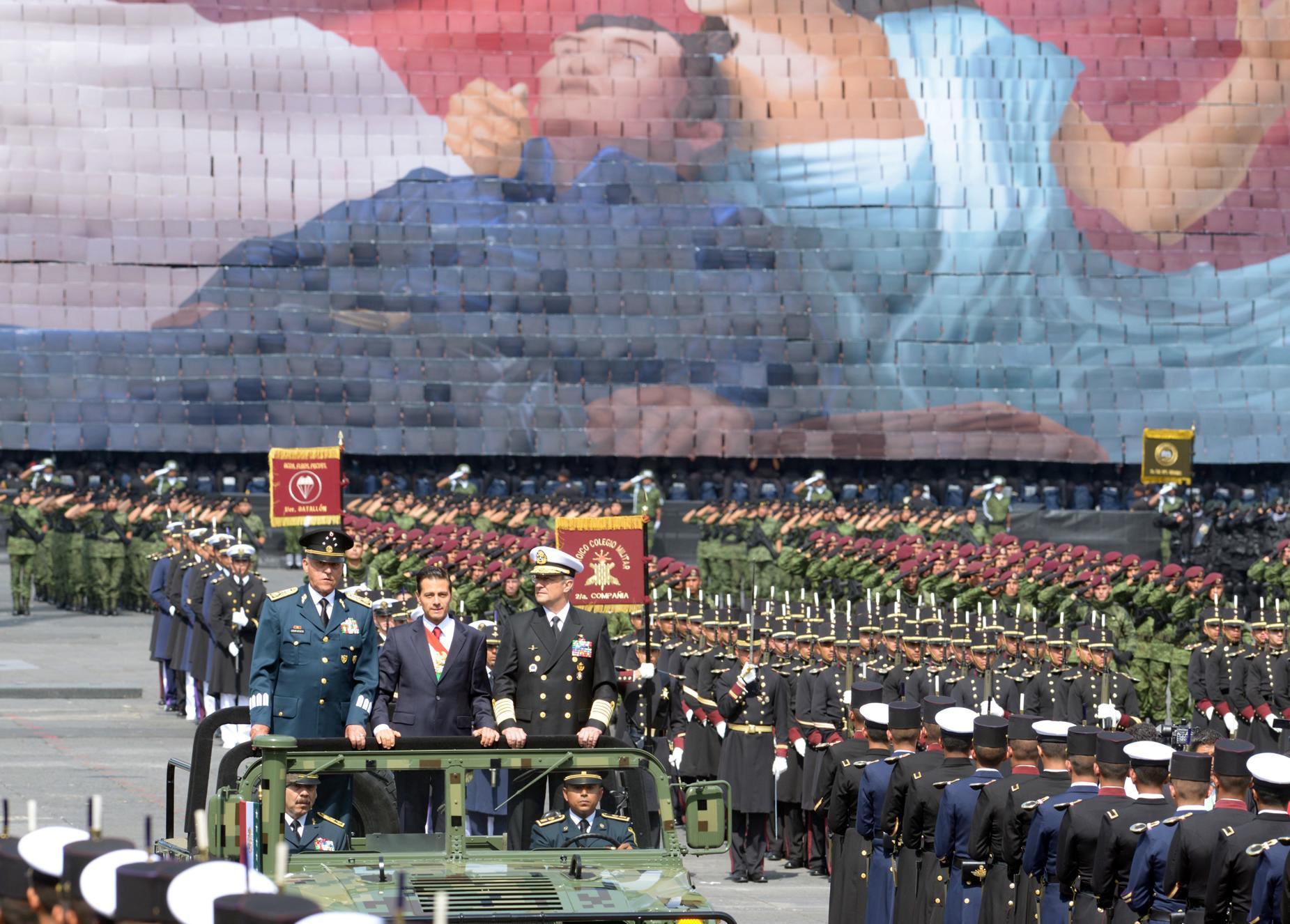 A lo largo de su recorrido, el Desfile Militar fue presenciado por una gran afluencia de familias que acudieron a observar la demostración de disciplina y gallardía de los elementos de las Fuerzas Armadas.