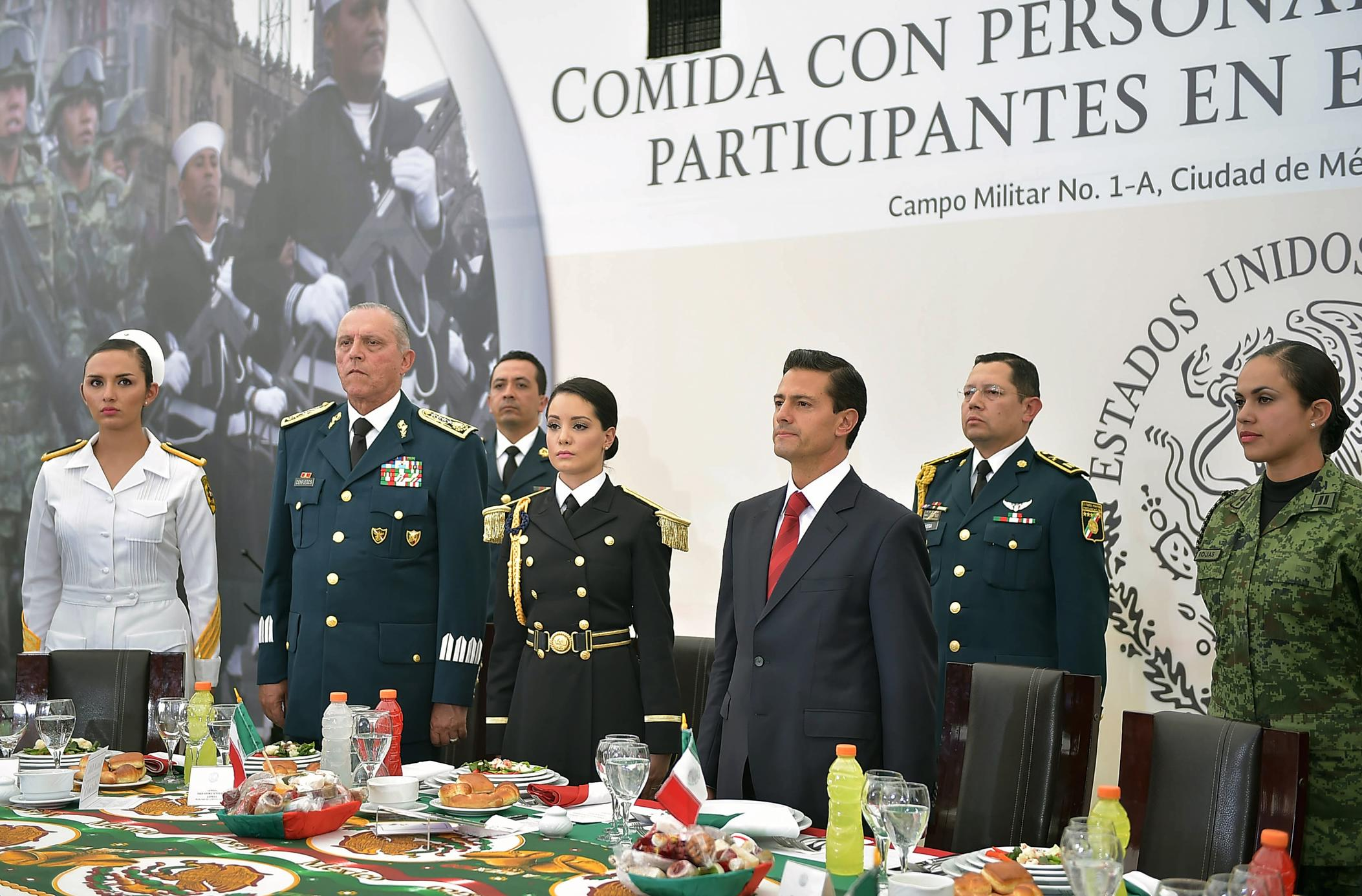 For the second consecutive year, the president socialized with members of the armed forces who participated in the military parade commemorating the anniversary of Mexican Independence.