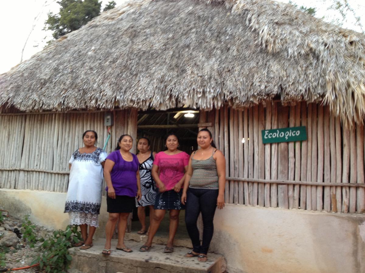 Seis mujeres trabajadoras se unieron para impulsar un taller de costura en el municipio de Carrillo Puerto.