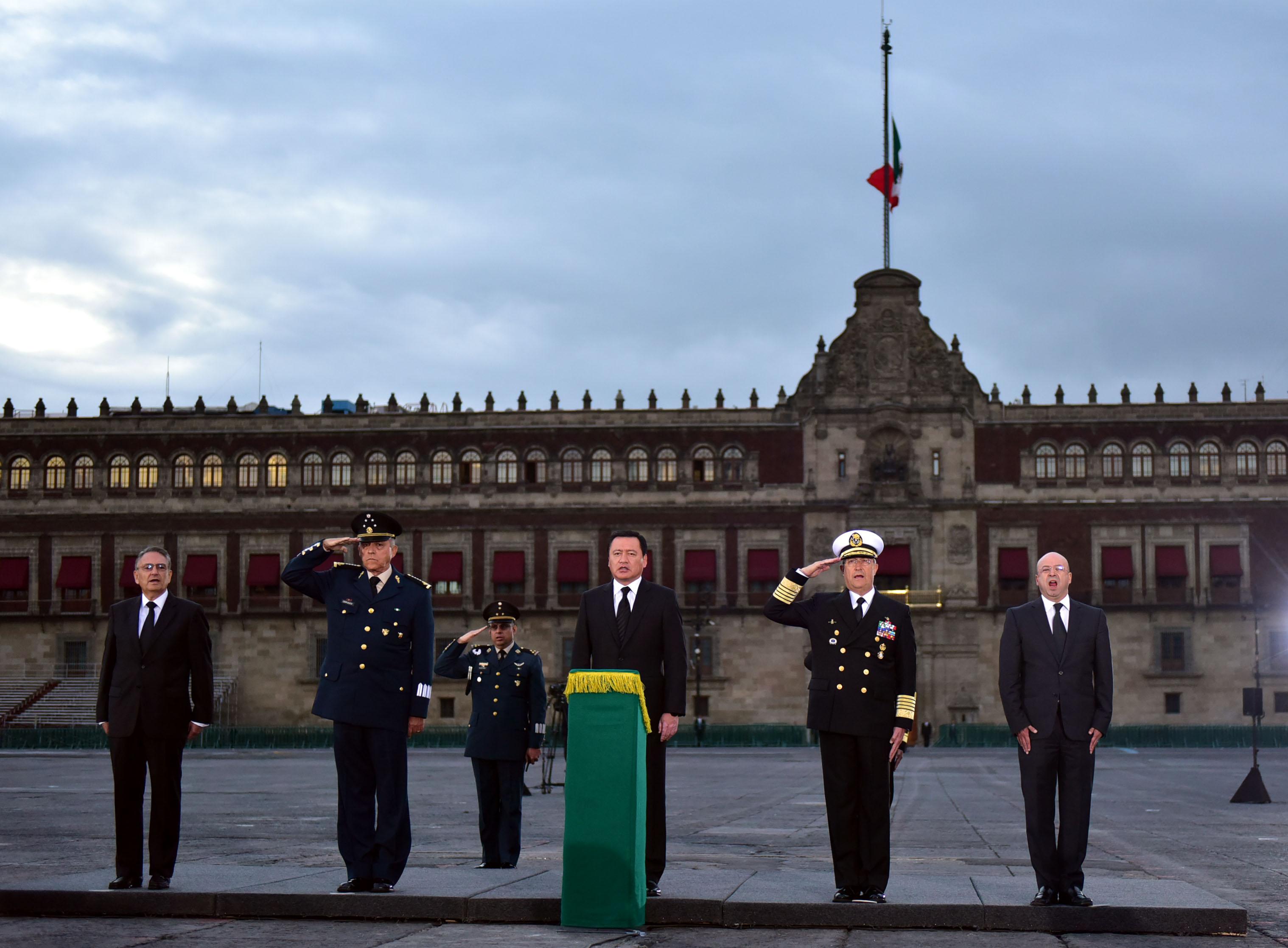 El Secretario de Gobernación, Miguel Ángel Osorio Chong, encabezó el izamiento de la Bandera Nacional en memoria de las personas que perdieron la vida en los sismos de 1985.