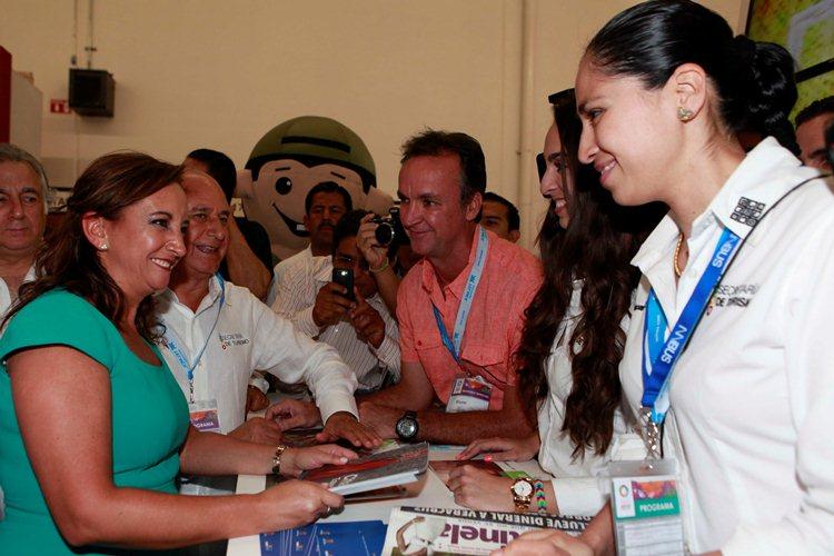 La Secretaria de Turismo del Gobierno de la República, Claudia Ruiz Massieu, acompañada del gobernador Roberto Borge Angulo, recorrió el Tianguis Turístico de México 2014 organizado por Quintana Roo.