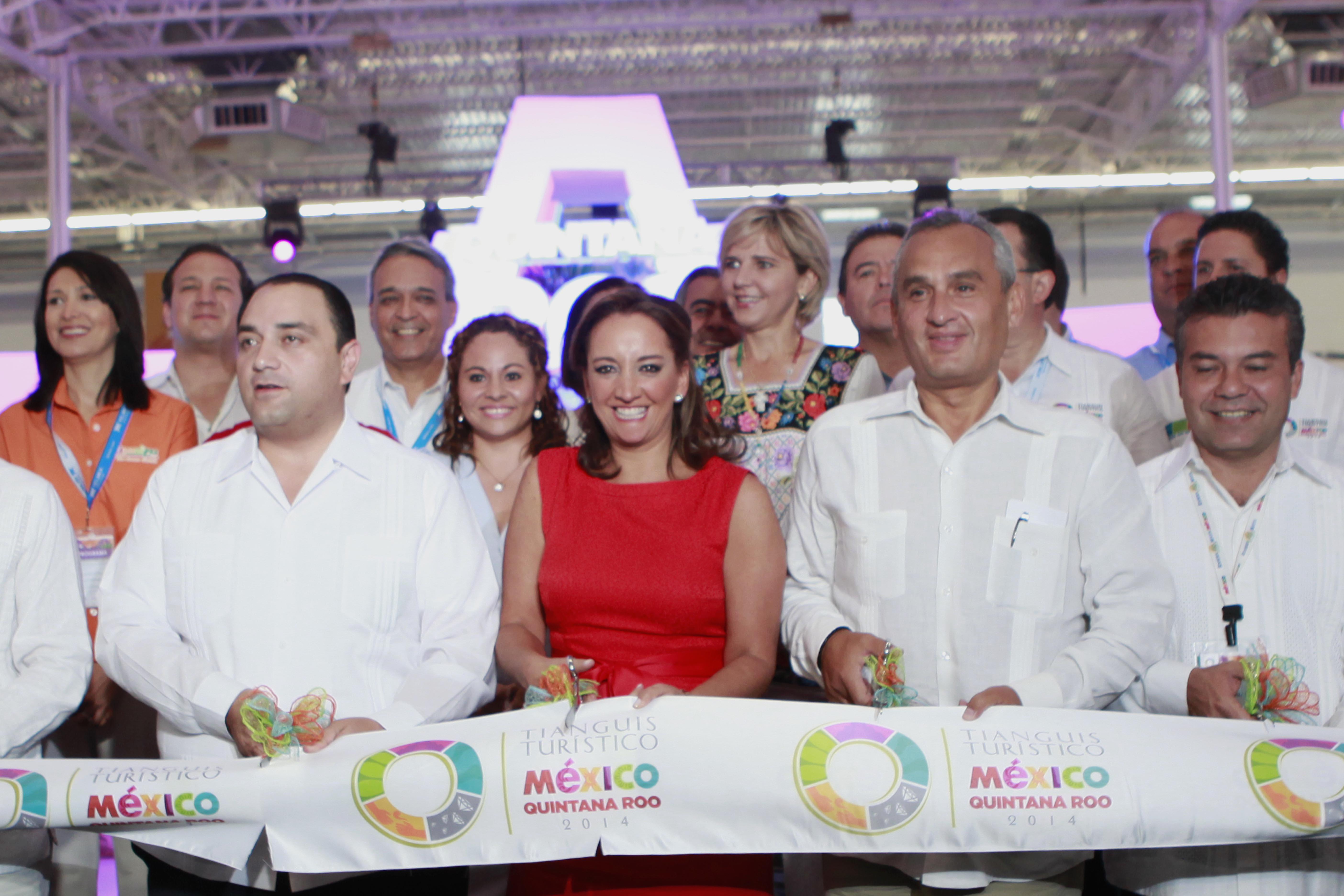 La Secretaria de Turismo del Gobierno de la República, Claudia Ruiz Massieu, corta el listón del Tianguis Turístico México - Quintana Roo, 2014.
