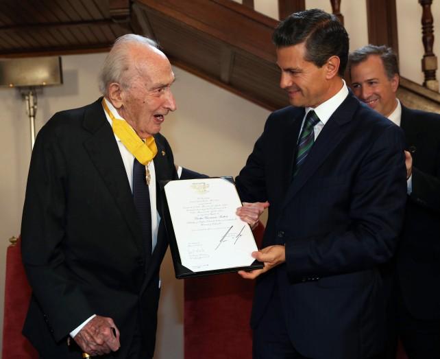 EPN condecora con la Orden Mexicana del Águila Azteca al politólogo italiano Giovanni Sartori.