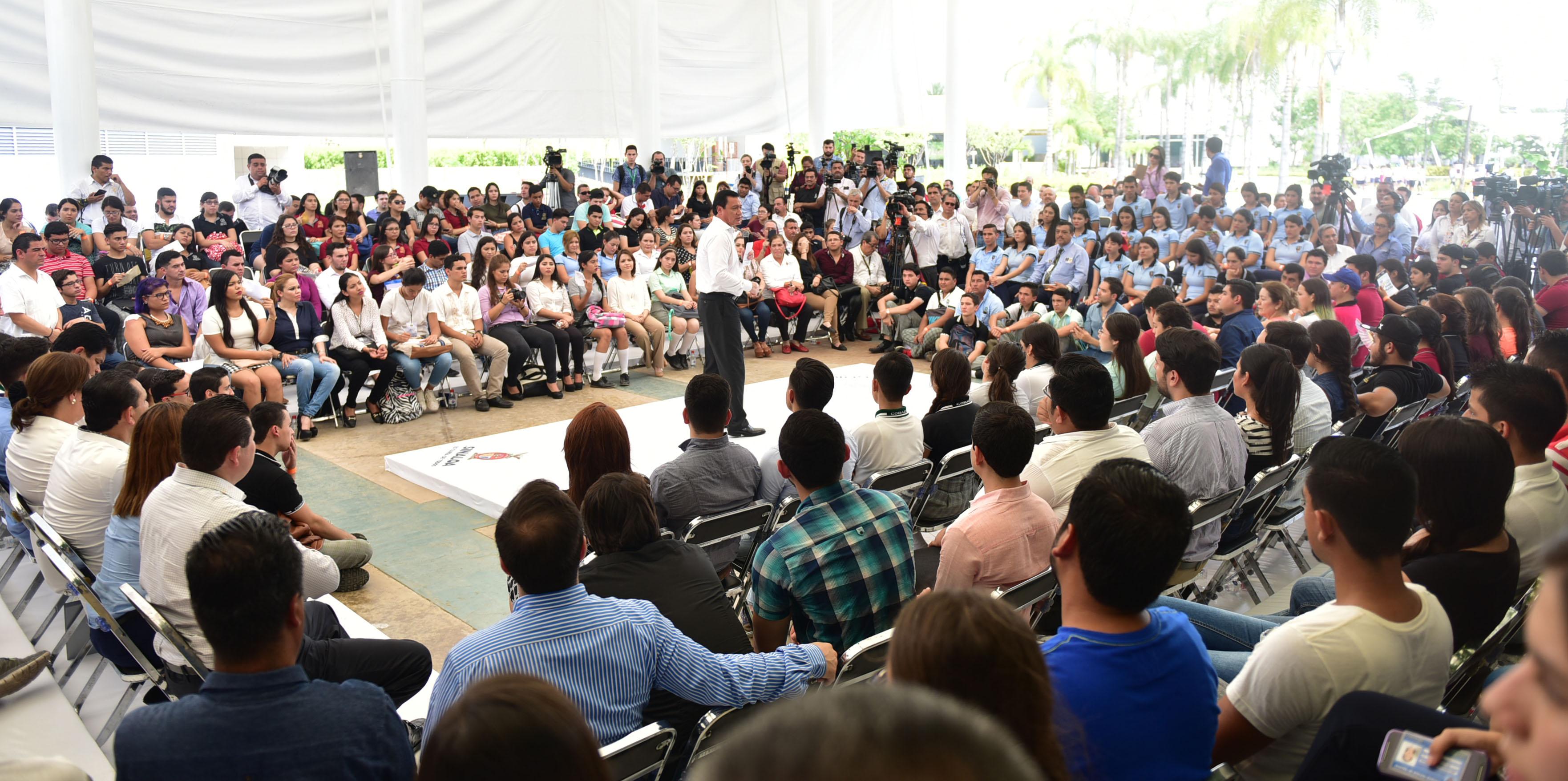 El Secretario de Gobernación sostuvo un diálogo con estudiantes del estado de Sinaloa.