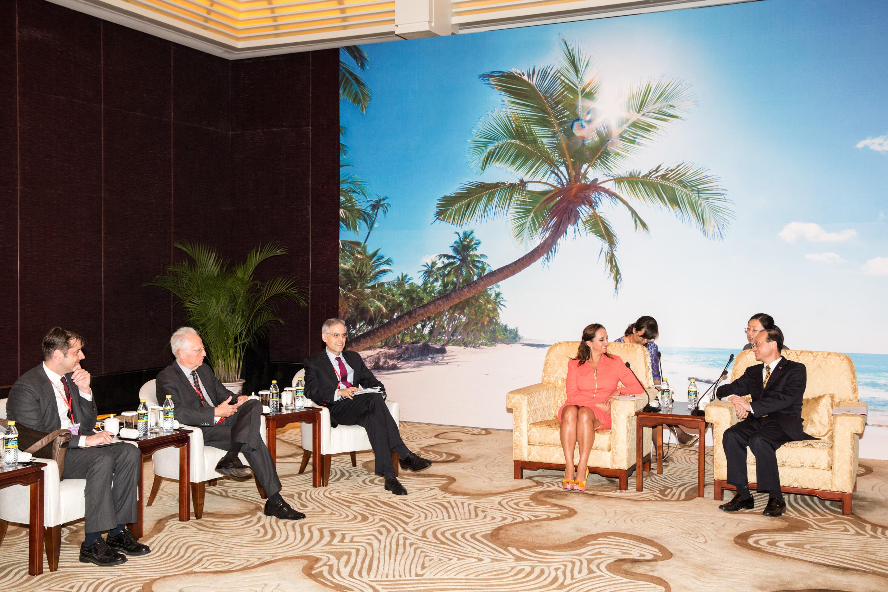 Ruiz Massieu en la 14ª Cumbre Global del Consejo Mundial de Viajes y Turismo (WTTC) con su homólogo Shao Qiwei.