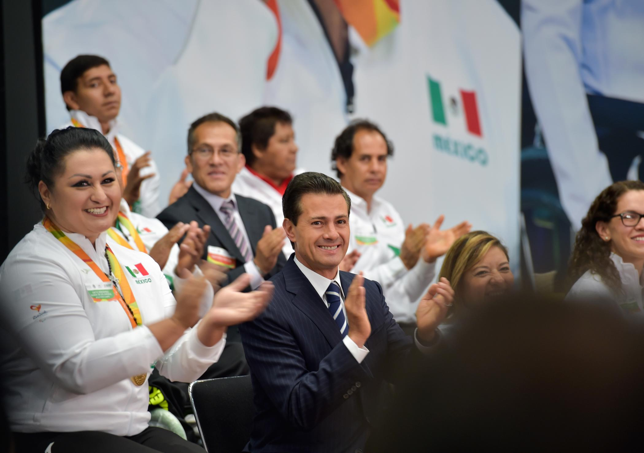 The president chatted with the Paralympic medalists and the rest of the Mexican delegation that participated in Rio de Janeiro 2016.