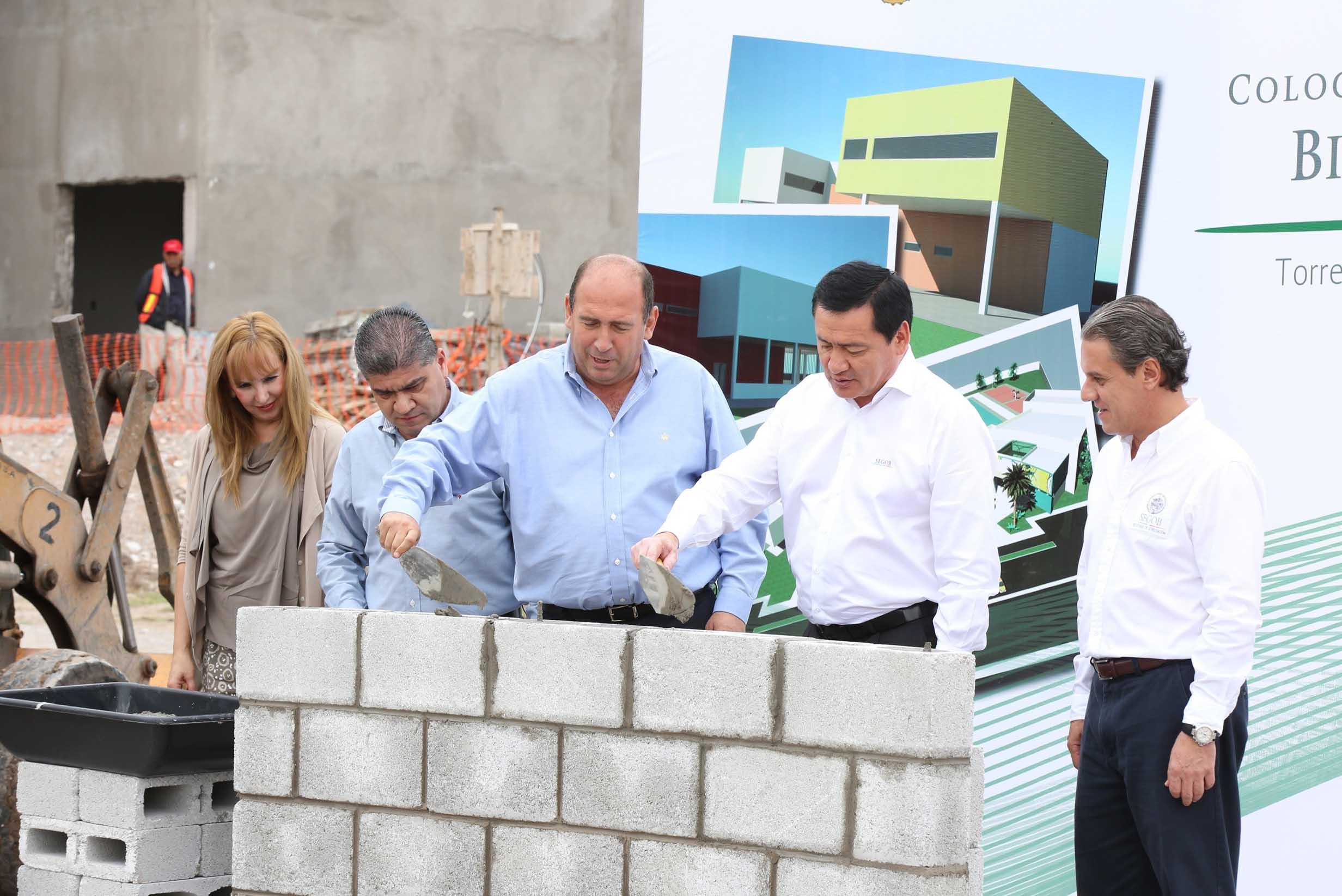 El Secretario de Gobernación, Miguel Ángel Osorio Chong, colocó la primera piedra para la construcción de la Biblioteca Digital en Torreón, Coahuila