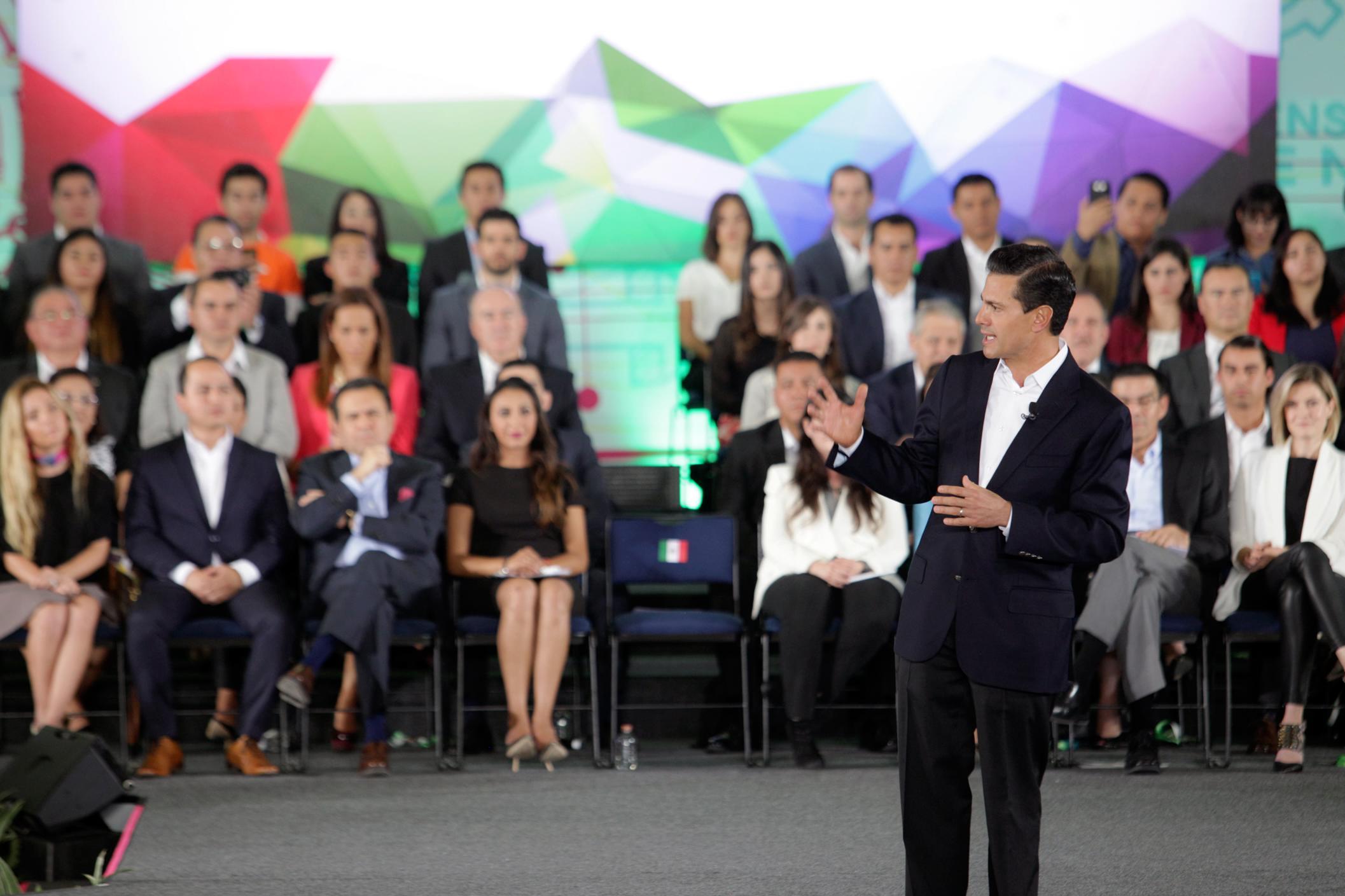 El Primer Mandatario exhortó a los jóvenes emprendedores a ser perseverantes, no rendirse, y esforzarse en alcanzar sus proyectos.