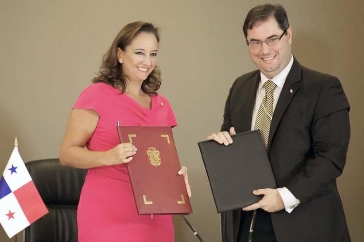 La titular de la SECTUR, firma Memorándum de Entendimiento con Ernesto Orillac, Autoridad de Turismo de Panamá.