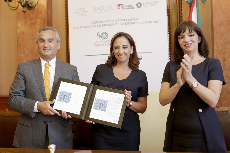 La Secretaria de Turismo del Gobierno de la República, Claudia Ruiz Massieu, y el Director General de FONATUR en la Ceremonia de cancelación del primer día de emisión de la estampilla postal conmemorativa por el 40 aniversario de FONATUR.
