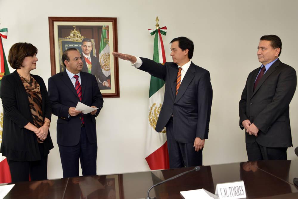 Al tomar la protesta de Alejandro Bautista García como nuevo Delegado Federal del Trabajo en el Distrito Federal, el titular de la dependencia le instruyó colaborar de la mano con el Gobierno del DF, impulsando la defensa de los trabajadores.
