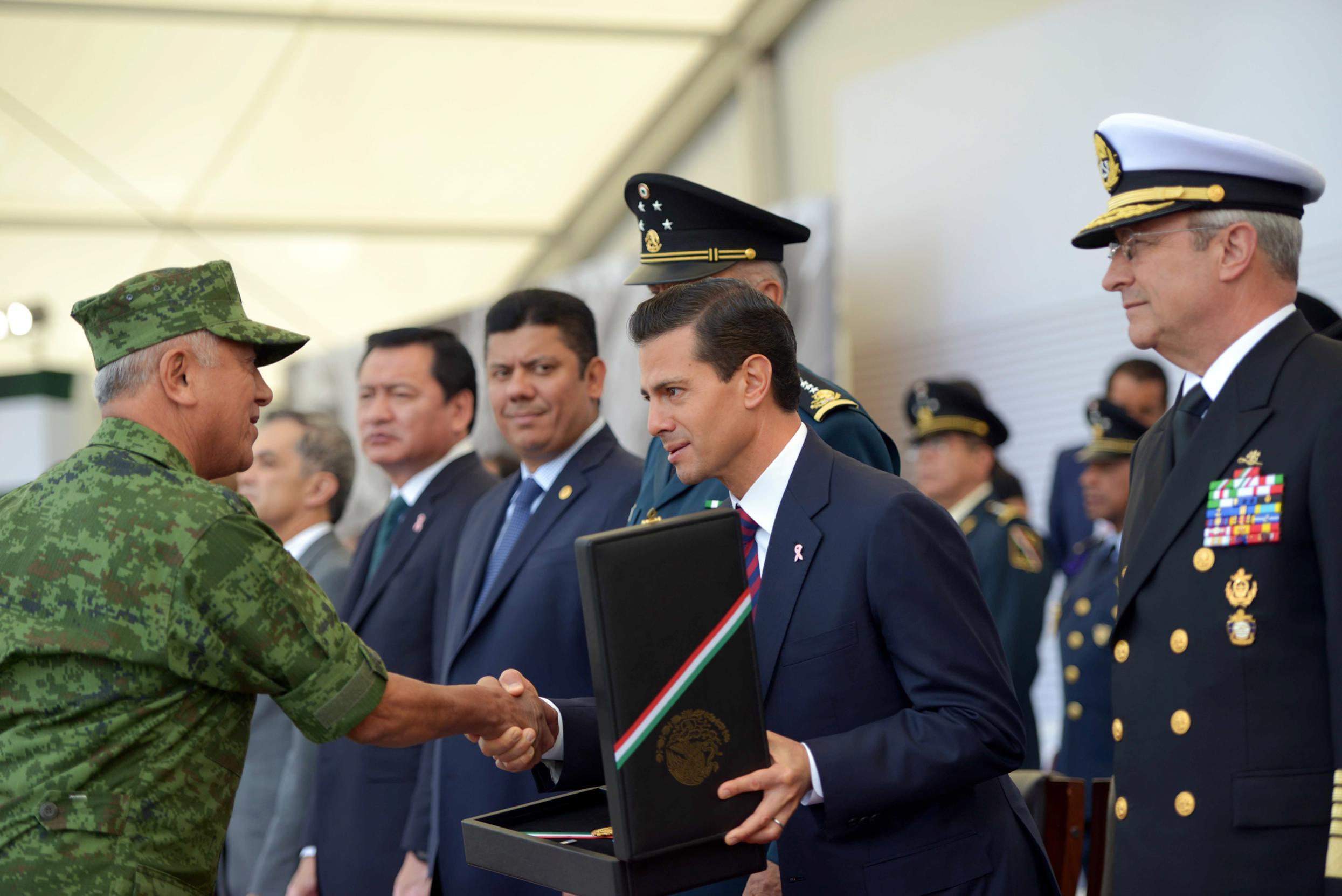 """""""Nuestro país tiene, en cada uno de ustedes, aquí presentes, y en sus compañeros de armas, desplegados en toda nuestra geografía, mujeres y hombres valerosos, a mexicanas y mexicanos ejemplares"""": EPN"""