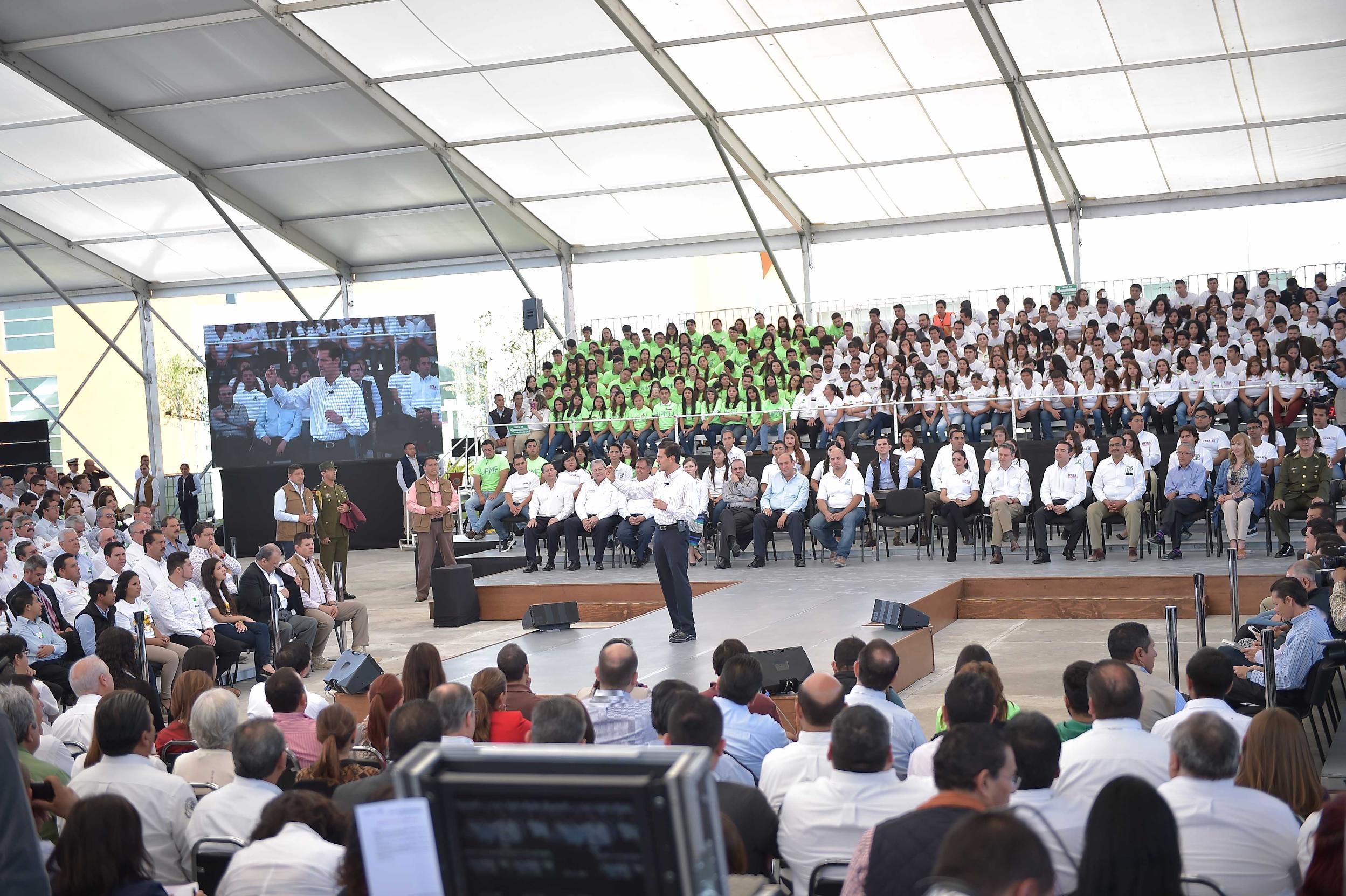 """""""A pesar de las resistencias, el Gobierno está decidido a no claudicar y a mantenerse firme en todo lo que está impulsando en materia educativa"""": EPN"""