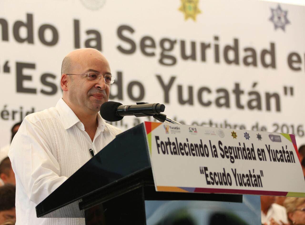 El Comisionado Nacional de Seguridad y el gobernador hicieron la entrega simbólica de las llaves de las unidades, las cuales fueron recibidas por autoridades de los municipios de Acanceh, Maxcanú, Motul y Oxkutzcab