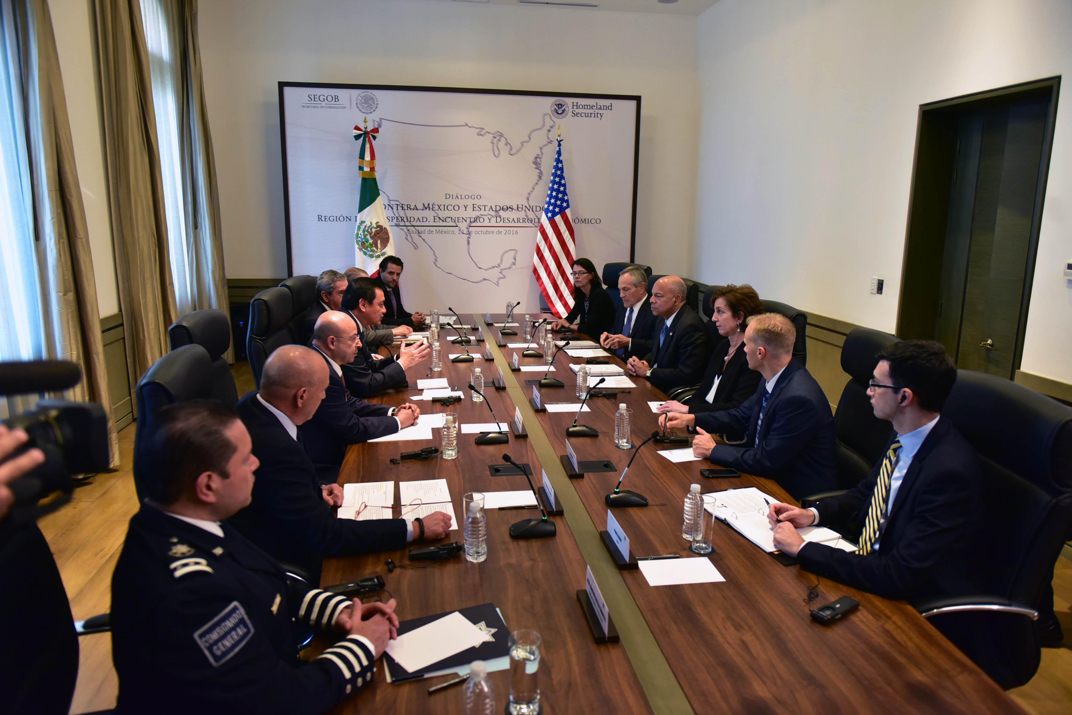 Los Secretarios de Gobernación de México, Miguel Ángel Osorio Chong, y de Seguridad Interna de Estados Unidos, Jeh Johnson, sostuvieron hoy una reunión bilateral para dialogar de los temas de interés para la frontera común, como migración y seguridad.