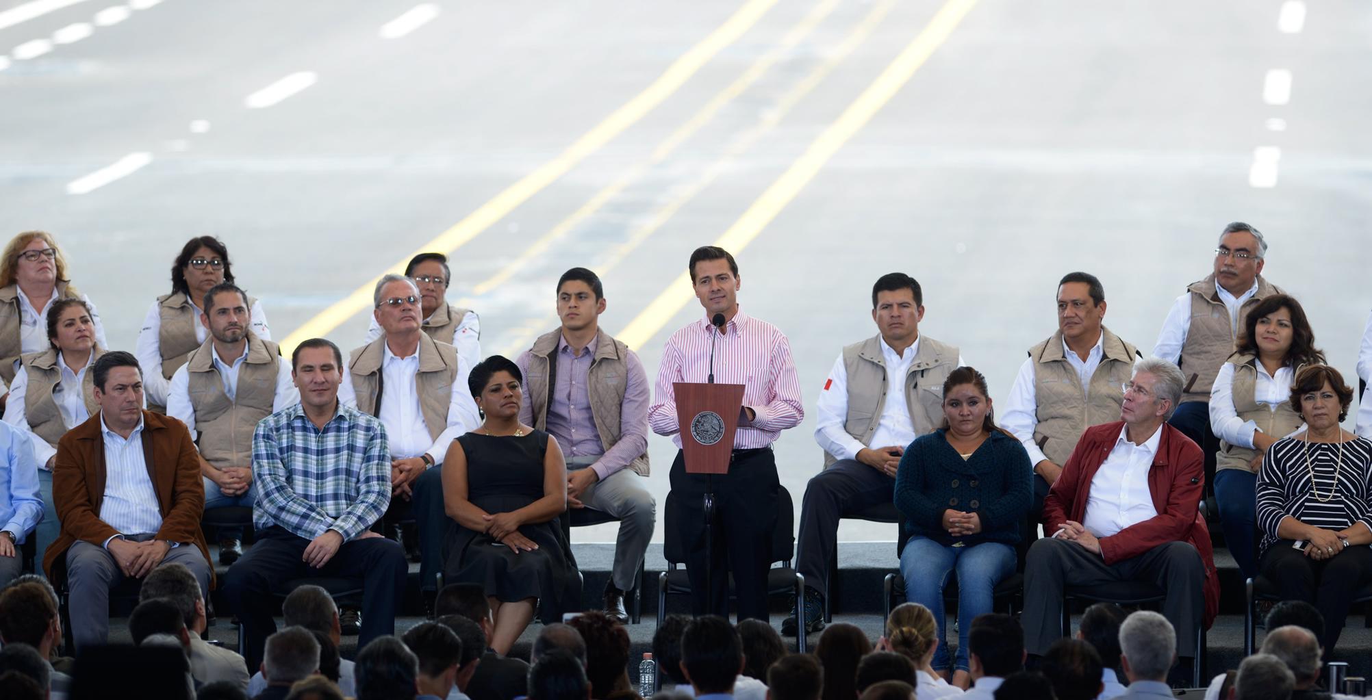 """""""Lo que hace posible que hoy entreguemos esta obra, al final de cuentas, es un trabajo de colaboración entre el Gobierno de la República y el gobierno del Estado de Puebla"""": EPN"""
