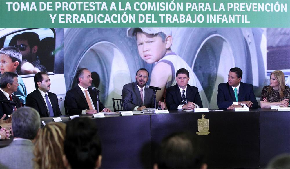El Secretario del Trabajo y Previsión Social Alfonso Navarrete Prida, acompañado por el Gobernador del Estado de Nuevo León, Rodrigo Medina de la Cruz.