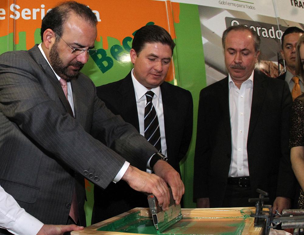 El titular de la STPS, Alfonso Navarrete Prida y el Gobernador de la entidad, Rodrigo Medina de la Cruz, realizaron un recorrido por esta Feria de Empleo.
