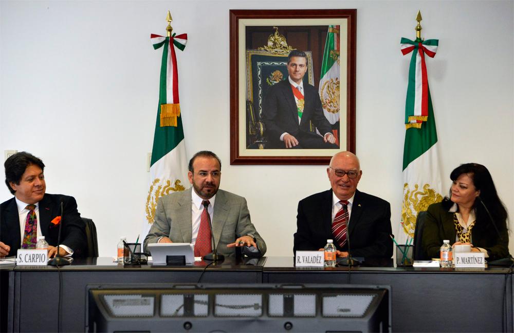 El Secretario del Trabajo y Previsión Social, Alfonso Navarrete Prida, acompañado por el rector de la Universidad La Salle Nezahualcóyotl, Raúl Valadez García.